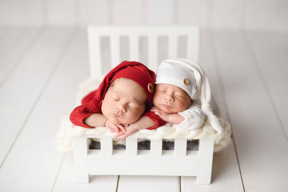 Bilder von Zwillingen auf einem Kinderbett