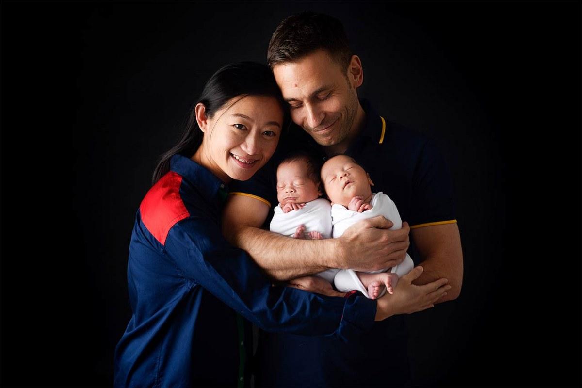 Fotoshooting von Zwillingen mit ihren Eltern